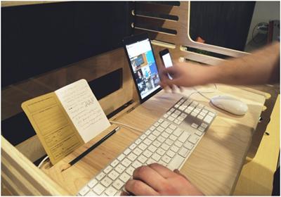 Подставка, предлагающая доступный способ работать сидя и стоя