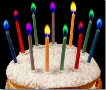 свечи с цветным пламенем на торте