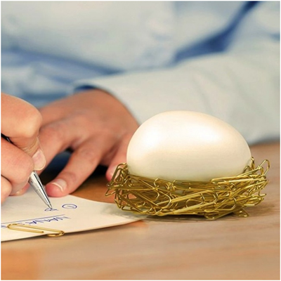 Яйцо, которое примагничивает скрепки и создает из них вокруг себя что-то наподобие гнезда