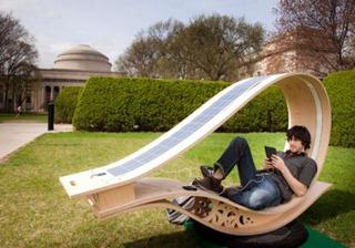 кресло-шезлонг с солнечными батареями