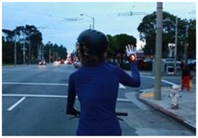 Перчатки для велосипедистов, в которые встроен указатель поворота